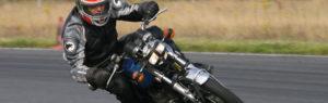 Dino sur sa moto SUZUKI 500 GT sur circuit de Lurcy Levy