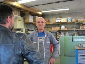 Dino dans son atelier avec un client